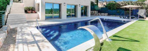 Square pool coping in white coloured limestone