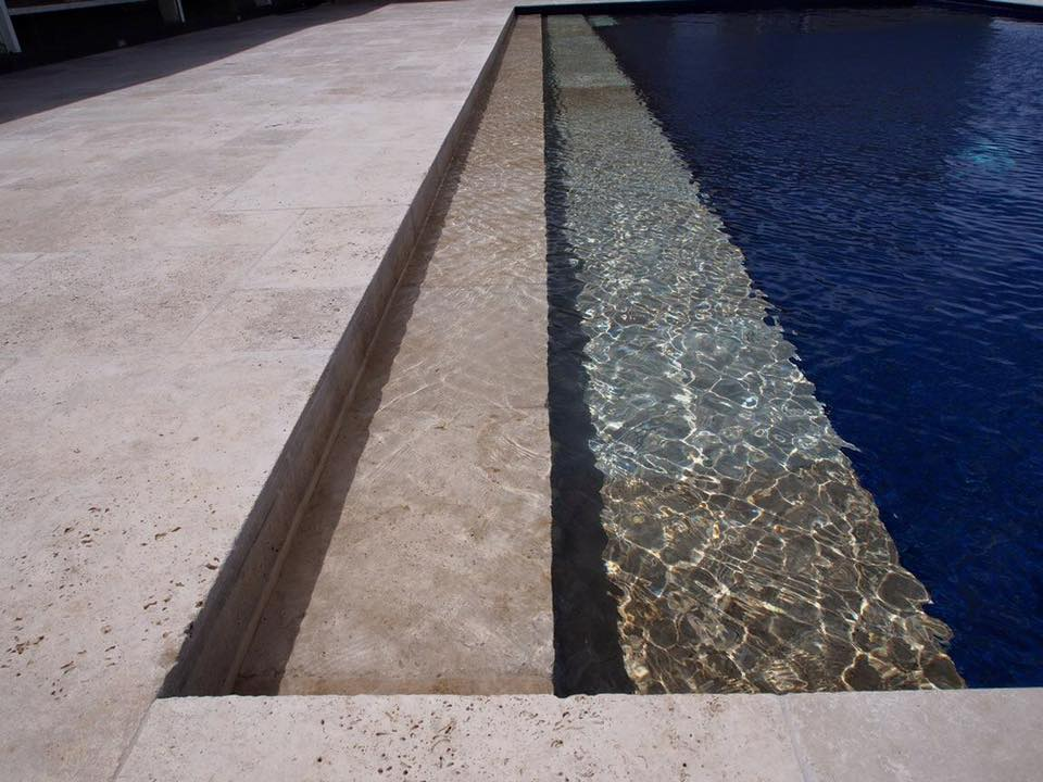 Tumbled pool edging with an underwater step